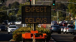 Electrionic traffic sign stating Expect Delays withtraffic
